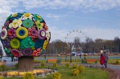 Park genanntes Belousov - ein künstlicher Baum Stockbilder
