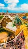 Park Guell in Barcelona Mozaïekmuur en peperkoekhuis stock afbeeldingen