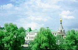 Park, historische Gebäude und Kapelle in Omsk lizenzfreie stockfotografie
