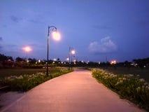 Park im Freien mit Straßenlaterneund -wegweise stockbild