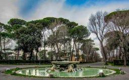 Park im Rom am sonnigen Frühlingstag, Italien, Europa stockfotos