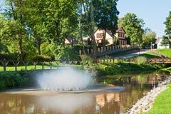 Park in Kuldiga, Lettland lizenzfreie stockfotografie