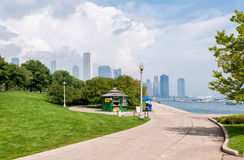 Park of Lake Michigan with Chicago skyline in the background Royalty Free Stock Photos