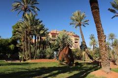 Park in Marrakech met modern kunststuk in nieuw deel van de stad stock foto's