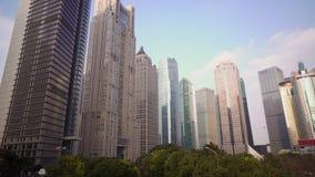 Park met bomen die door wolkenkrabbers op Pudong-gebied worden omringd Shanghai, China stock videobeelden