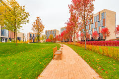 Park między prestiżu mieszkania domami Obrazy Royalty Free