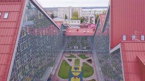 Park między szklanymi budynkami klamerka Odgórny widok miejsce spoczynku z gazonem między szklanymi fasadami budynki ustronny zbiory