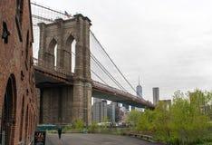 Park mit Bänke nahe der Brooklyn-Brücke Stockfotografie