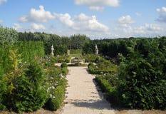 Park mit Bäumen und Blumen Stockfotografie