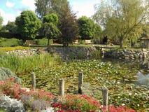 Park mit Bäumen und Blumen Stockfoto