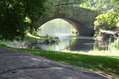 Park mit Brücke und Fluss Stockbild