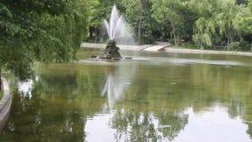 Park mit Brunnen stock video footage