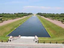 Park mit einem Kanal des Wassersommers Lizenzfreie Stockfotos