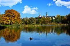 Park mit einem Teich am Schloss Lizenzfreie Stockbilder