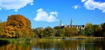 Park mit einem Teich am Schloss Stockbild