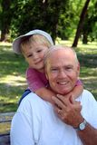 Am Park mit Großvater Stockfotos