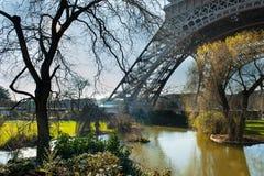Park mit See nahe bei Eiffelturm Stockfotos