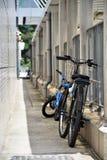 Park mit zwei Fahrrädern im Weg Lizenzfreies Stockfoto