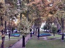 Park na nadchodzącej jesieni Fotografia Stock