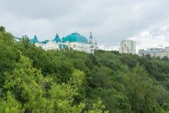 Park op de achtergrond van gebouwen en van de Kerk in Khabaro Royalty-vrije Stock Foto
