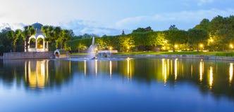 Park på natten Royaltyfria Bilder