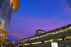 Park Paragon und skytrain Stockbilder
