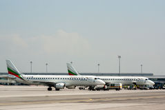 Park-passanger Flugzeug an der Flughafenrollbahn Stockbilder