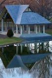Park-Pavillon mit Reflexion im Teich Lizenzfreies Stockfoto