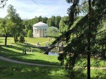 Park-Pavillon-Rundbau'Tempel der Freundschaft ', stilisiert als Altertum, in Pavlovsk-Park an einem sonnigen Tag des Sommers stockfotos