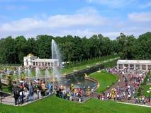 Park in Peterhof, grote cascade, menigte van mensen Stock Foto's