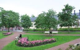 Park przy deszczowym dniem w historycznej ćwiartce Naantali, Finlandia Zdjęcie Stock