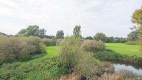 Park przy późnym wrześniem, widok rzeka Zdjęcie Stock