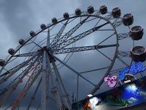 Park Rozrywki przejażdżka Ferris toczy wewnątrz Barcelona Hiszpania fotografia stock