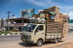 Park- und überbelasteter ACF-Lieferwagen in Mysore, Indien Stockfotos