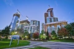 Park und hohes Aufstiegs-Gebäude Lizenzfreie Stockfotos