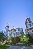 Park und hohes Aufstiegs-Gebäude Lizenzfreie Stockbilder