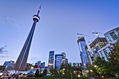 Park und hohes Aufstiegs-Gebäude Lizenzfreies Stockfoto