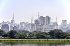Park und Wolkenkratzer Sao Paulos (Brasilien) Stockbild