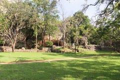 Park unter dem Sigiriya-Felsen Stockbild