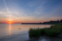 Park van de Waterkant van de zonsopgang het Oude Brug Stock Foto's