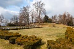 Park vor dem Schloss Hluboka nad Vltavou. Tschechische Republik lizenzfreies stockfoto