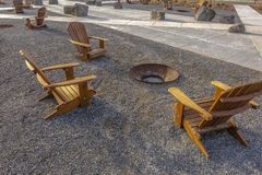 Park w brzasku Utah z krzesłami wokoło pożarniczej jamy zdjęcia stock