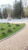 Park w grodzkim letnim dniu i ptasim spacerze obrazy stock