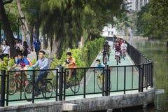 Park Wachira Benchathat, Bangkok, Thailand - 26. Februar: Gruppe des jungen Radfahrers auf Radweg Stockbilder