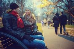 park walking młodych par Zdjęcia Stock