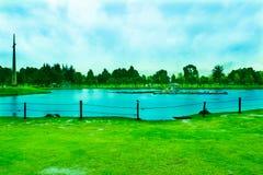 Park z Błękitnym jeziorem na lecie zdjęcie stock
