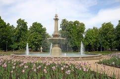 Park z fontanną i tulipanem kwitnie Eger Węgry Obraz Stock