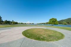 Park z jeziorem, fontannami drzewo i trawą, Zdjęcie Stock