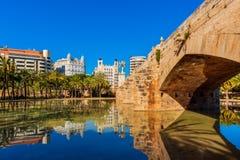 Park z mostem i staw w Walencja Hiszpania obrazy stock