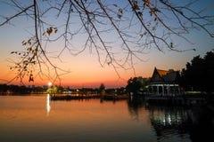 Park z mrocznym niebem fotografia stock